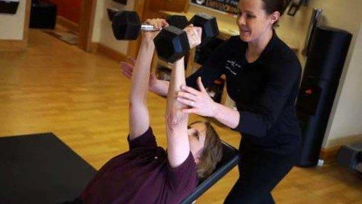 mujer entrenado con entrenadora