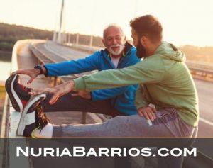 hombre mayor estirando con su entrenador personal en sevilla